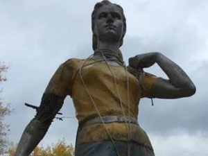 памятник колхознице труханов остров