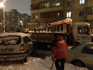 Работникам КП пришлось вырубить вмерзший в лед автомобиль