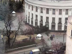 А в центре Киева сильный ветер сорвал с дома часть металлической кровли