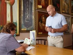 Игорь Кононенко во время регистрации