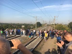 Десятки пассажиров перекрыли движение электрички у станции «Троещина-2»
