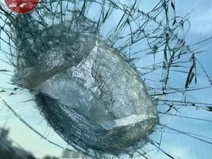 Обломок попал бы в салон, если бы не «бронированная пленка»