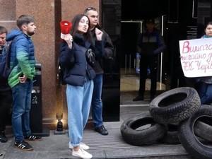 Митингующие скандируют: «Укрстрой разворовал наши деньги»